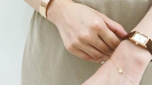 重ね付けでワンランク上のコーデに。『腕時計×アクセサリー』で