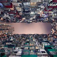 まるで異世界! 美しく幻想的な香港の「超密集型集合住宅」