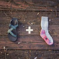 そのまま夏にも使えるよ。サンダル+靴下で作るリラックススタイル