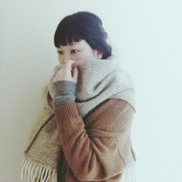 巻いて、羽織って、秋から冬へ。季節をつなぐストールの巻き方・羽織り方