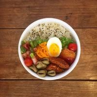 シンプルなデザインと食材が映える白色が◎。野田琺瑯ホワイトシリーズをお弁当箱に♪