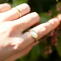 おでかけの時は手の回りをちょっぴり華やかに。指輪やバングルの取り入れ方