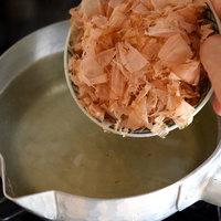 丁寧に出汁をとる時間も大切だよ。出汁が決め手!の和食基本レシピ帖