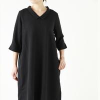 シルエットにこだわったシンプルなナチュラル服で、大人っぽくシックな着こなしを