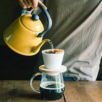 ノンカフェインの優しい味。長野の炭焼き職人が作る「信級玄米珈琲」
