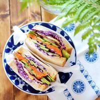 和食はもちろん、洋食も素敵に引き立てる。日本と北欧の「藍色の食器」