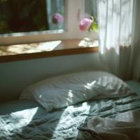 """朝はすっきり、夜はリラックス。""""寝たまま""""できるヨガを毎日の習慣に"""