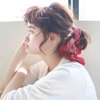 「無地Tシャツ」×「まとめ髪」。シンプルコーデを格上げする可愛いヘアアレンジ