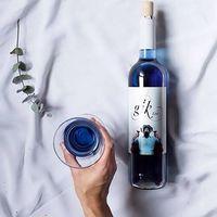 海のように透き通る青色…これがワイン!? 既成概念を打ち破る注目の「ブルーワイン」