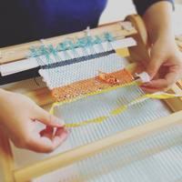 好きな糸で織り上げて。ちょっぴりレトロな「プチ織り機」を使って、タペストリーを作ろう