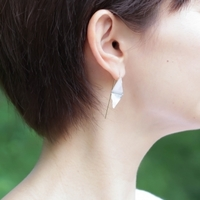 涼し気でどこか儚げ。夏の耳元を涼しく飾る「ガラスのピアス」10選
