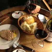 夜な夜なワイン好きのおしゃれな大人が集う店。富ヶ谷「アヒルストア」と三茶「ウグイス」