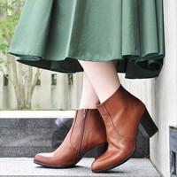 「ショート丈ブーツ」が大活躍!シンプル素敵に履きこなすための3つのコーデポイント