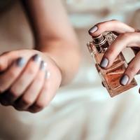 大人女子はマスターしておきたい香水の付け方。自然にいい香りをまとおう。