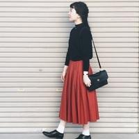 可愛らしさと大人っぽさを持ち合わせた色「赤」を身に纏って、秋冬のナチュラルスタイルを楽しもう