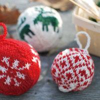 可愛い毛糸の飾り♪手編みのオーナメント、アルネ&カルロスの「クリスマスボール」