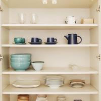 見せて美しく、重ねてスッキリ♪すぐに真似できる「食器棚」収納術