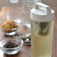 冷蔵庫の中で一晩おくだけ。お手軽「水だし(水出汁)」で和食がもっと簡単に♪