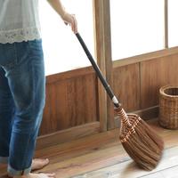 掃除が苦手な人にこそオススメ。ほうきを使えばお掃除がもっと手軽になるよ!