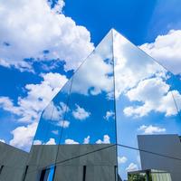 自然と共存、ガラスの屋根。空間そのものがアートな日本の美しい美術館