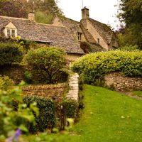 絵本の世界に迷い込んだようなイギリスのかわいい田舎町と息をのむ絶景