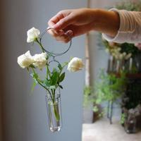 毎日の生活にさりげなく。一輪挿しやちいさな花器を集めました