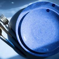 和食も洋食も引き立てる「ブルー」。青い食器やマグ、グラスを集めました