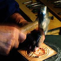 伝統技術が光る美しい刻印。心ときめく『 KANAGU(金具)』の世界