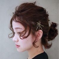 まとめ髪に、耳かけに。ヘアにさりげなく個性を添える「アメピン」の留め方