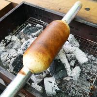 みんなで火を囲って。キャンプでバームクーヘンを手作りしてみない?