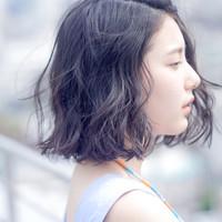 透明感のある光を髪に纏う。大人の女性に似合うハイライトカラー