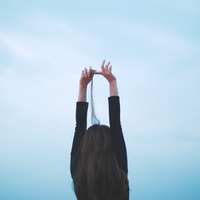 肩の力をぬいて、自然体の「余裕」をまとおう。今すぐできる『5つのリラックス方法』