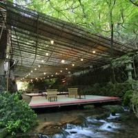 川のせせらぎが涼をくれる。京の奥座敷・貴船の【川床料理】でぜいたく時間を