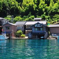 舟とともに暮らす町「伊根の舟屋」。海辺でゆったり贅沢なひとときを