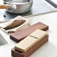 削りたてを召し上がれ。一生ものの台所道具「台屋」の鰹節削り器