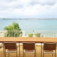 沖縄旅行で訪れたい《のんびり海を眺められる》素敵な海カフェ8選