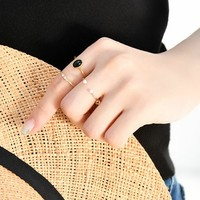 """手元を上品に、おしゃれに見せる。印象的な""""指輪の重ねづけ""""レッスン"""