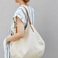爽やかな白&大きめがマスト!『キャンバストート・ショルダーバッグ』で作る夏のお出かけスタイル