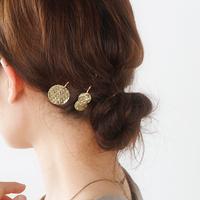さりげないシックな輝き。真鍮のヘアアクセサリー&大人可愛いヘアアレンジ