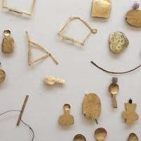 大胆かつ繊細な手仕事。秋野ちひろさんが生み出す真鍮のオブジェやアクセサリー