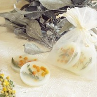 お花やドライフルーツを閉じ込めて♪アロマの香りに癒される「ワックスサシェ」の作り方
