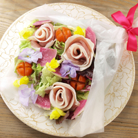いつものサラダをランクアップ♪パーティーでも活躍!生ハムで作るお花の作り方。