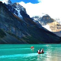 まるで絵葉書の世界に飛び込んだよう。エメラルド色の湖に大氷原を満喫できるカナディアンロッキーの魅力