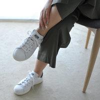 春のおでかけは足元を軽やかに* 大人な女性だからこそ取り入れたい「スニーカーコーデ」術