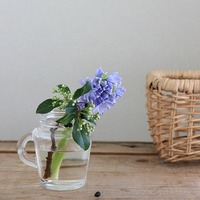 花瓶がなくても大丈夫。自由に楽しむ『フラワーアレンジメント』アイデア集