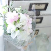 斜めに切ったり、パキッと折ったり。それぞれのお花に合わせた「水揚げ」の方法。