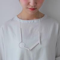 Tシャツやブラウスに…シンプルコーデにさらりと合わせたい素敵な「ロングネックレス」