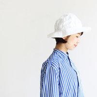夏の日差しに映える「白い帽子」。爽やかなアクセントを添える大人のサマーハットコーデ