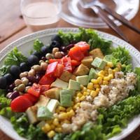 栄養たっぷり、カラフル野菜の花畑♪人気「コブサラダ」の作り方&彩りレシピ集