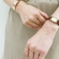 重ね付けでワンランク上のコーデに。『腕時計×アクセサリー』で魅せる、おしゃれな腕元
